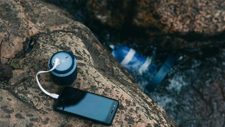La batterie d'Enomad Uno charge un mobile